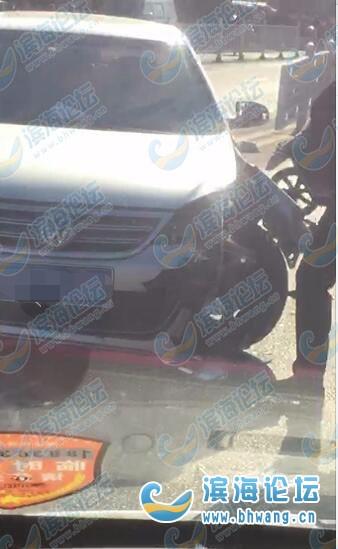 突发!滨海坎北中学路口一私家车撞护栏了!