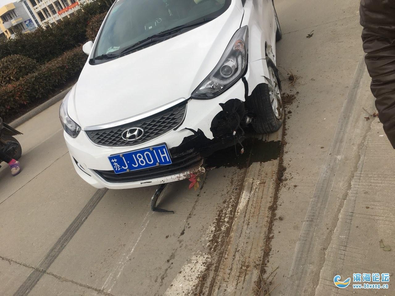 牛逼的车手,滨淮农场一辆现代车撞上绿化带