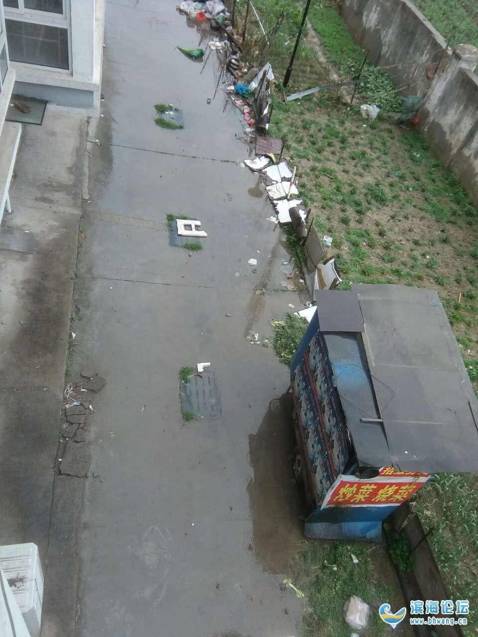 南苑安置小区下水道大部分堵塞,恶臭熏天,居民苦不堪