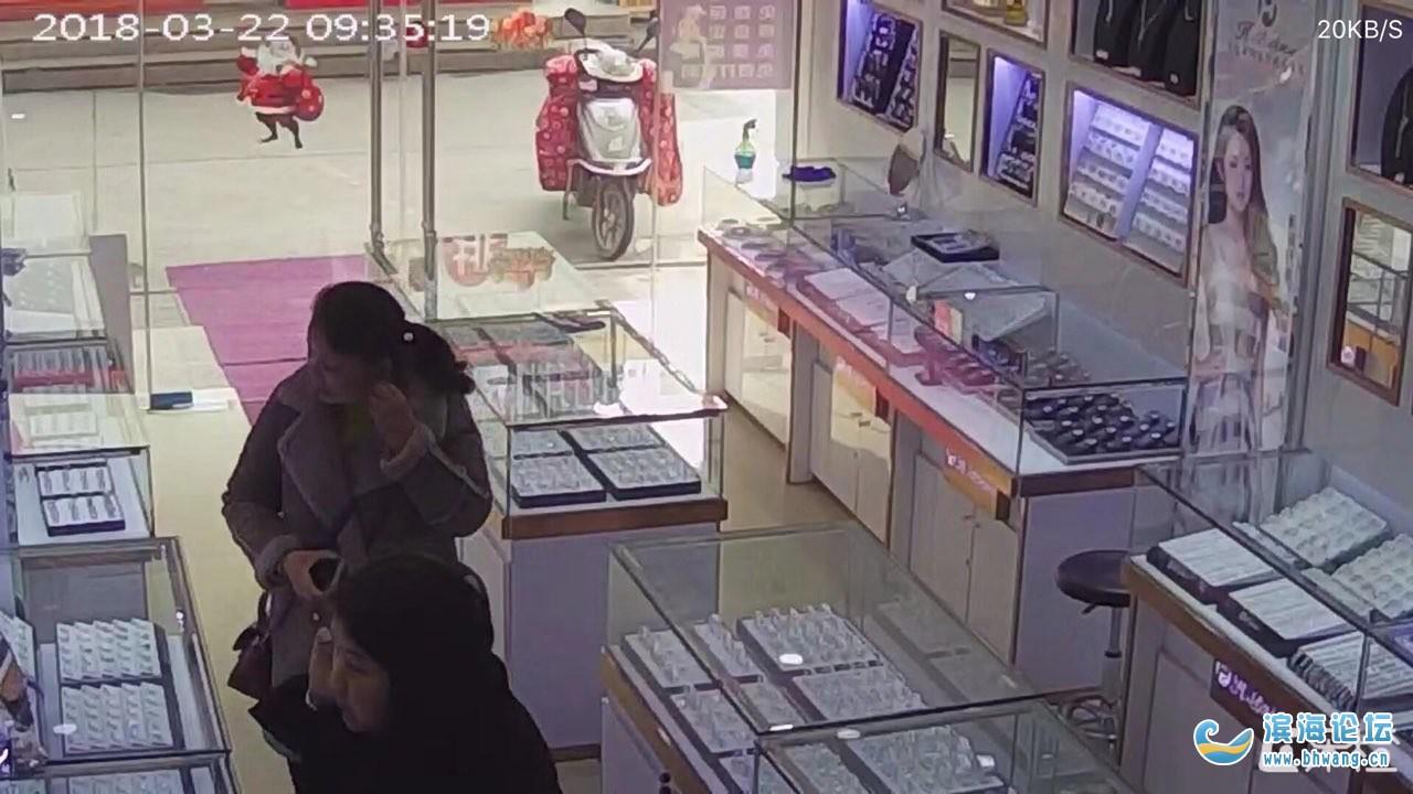 大家请注意,这两个女的是小偷,请下次看到这两个人防