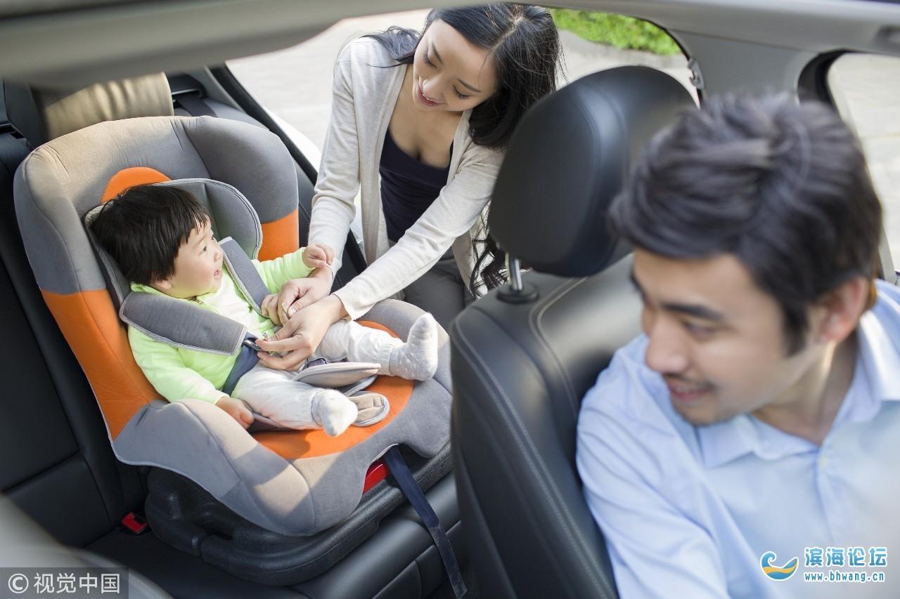 车在行驶中,孩子被举出窗外尿尿!网友:万一手滑…