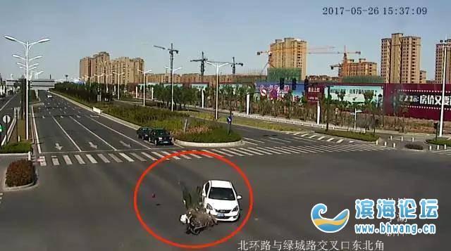 场面震撼!一摩托车飞速闯红灯,撞上轿车后腾空飞起,结果悲剧了