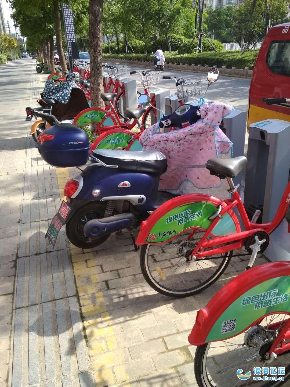 个别市民随意占用公共自行车停车位,滨海人你怎么看!