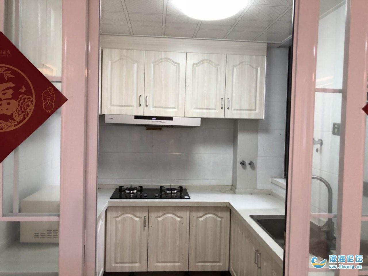 滨海中学南门翰林苑小区4楼套间两室两厅,一厨一卫,外带60平米大阳台,环境好、家具厨卫设施一应齐全,拎包即住。需要看房者请联系18012589626