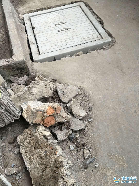 人民北路仁和桥东一2幢换的自来水表盖垃圾成堆无人过问。