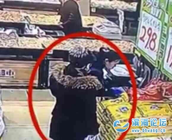 女子捡到快递小哥手机,赶紧带孩子去超市购物,购物途中满脸笑容