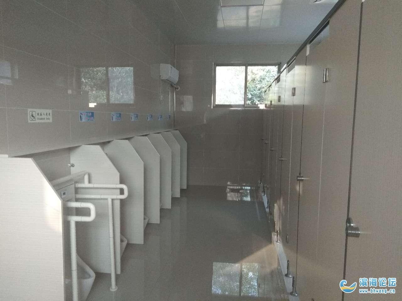 大滨海第一旗舰公共厕所体育场西南角,附近的网友可以去体验体验