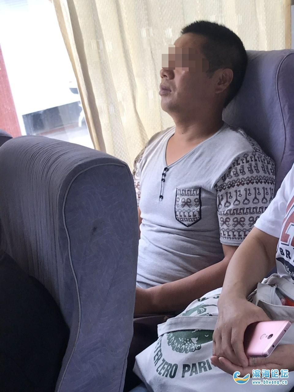 考完試駕校安排的大巴車遇到一男人想偷偷摸摸對女人動手動腳。被喝止拍照