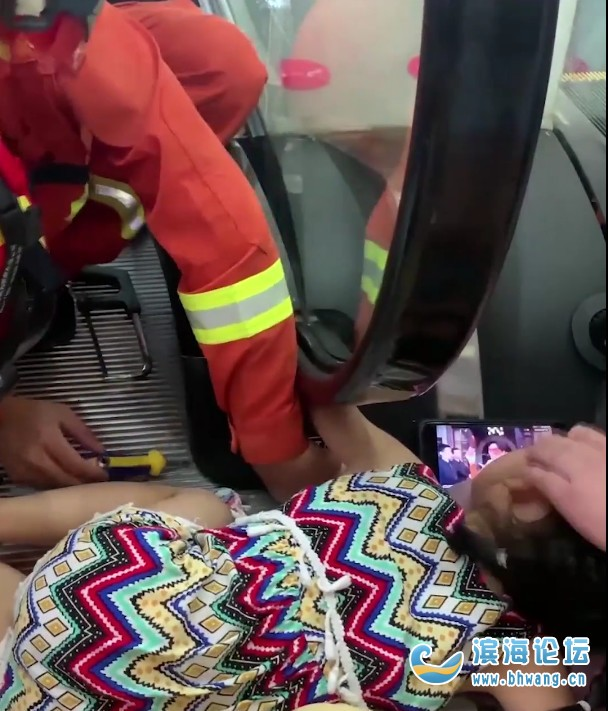 监控拍下揪心一幕:5岁女童手臂被卷入扶梯!这些危险动作千万别做