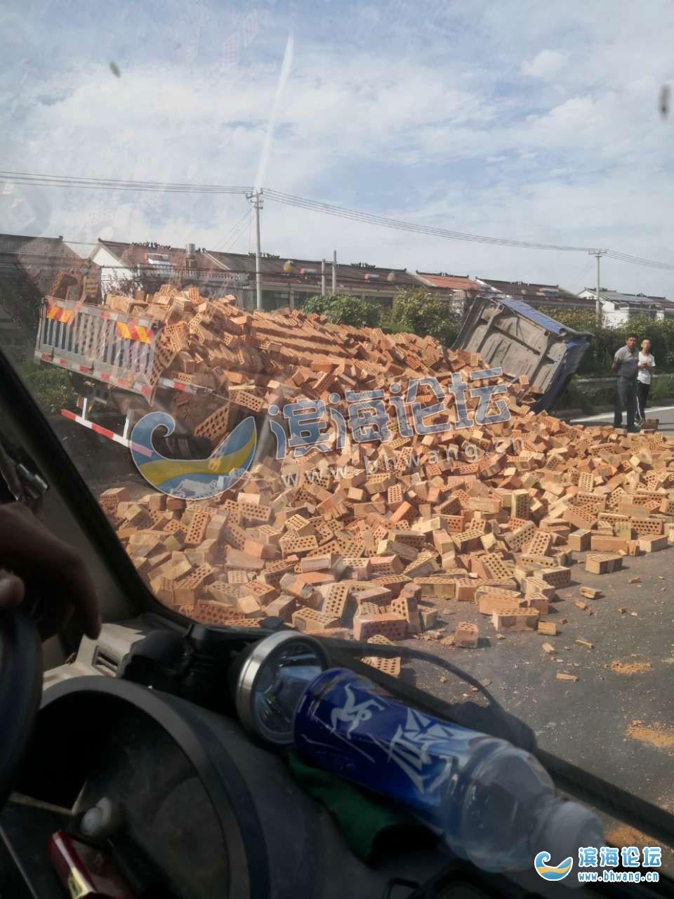 S327九公里后边,拉砖头货车侧翻,车辆损毁严重