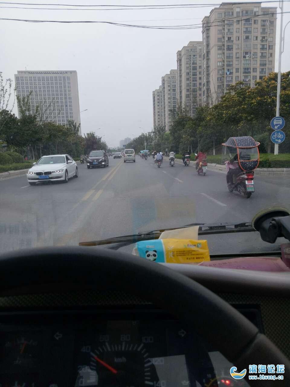 电动车全都骑到机动车道了!
