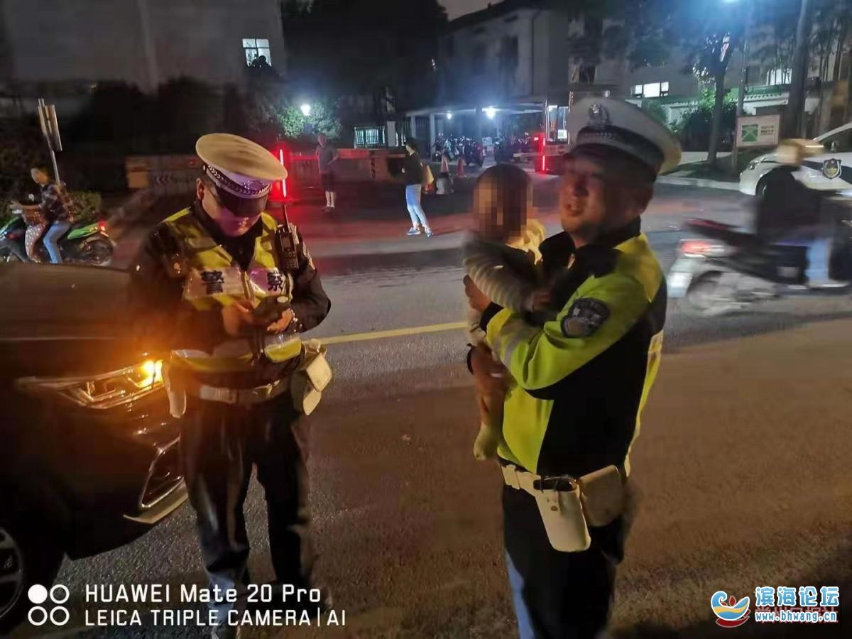 驚險!一名男子一手握方向盤,一手抱嬰兒,交警一查竟然還是酒駕。。。