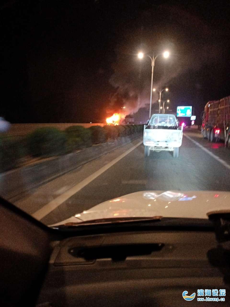 突发!204国道通榆桥处一辆小货车不知何因,驾驶室燃起熊熊大火