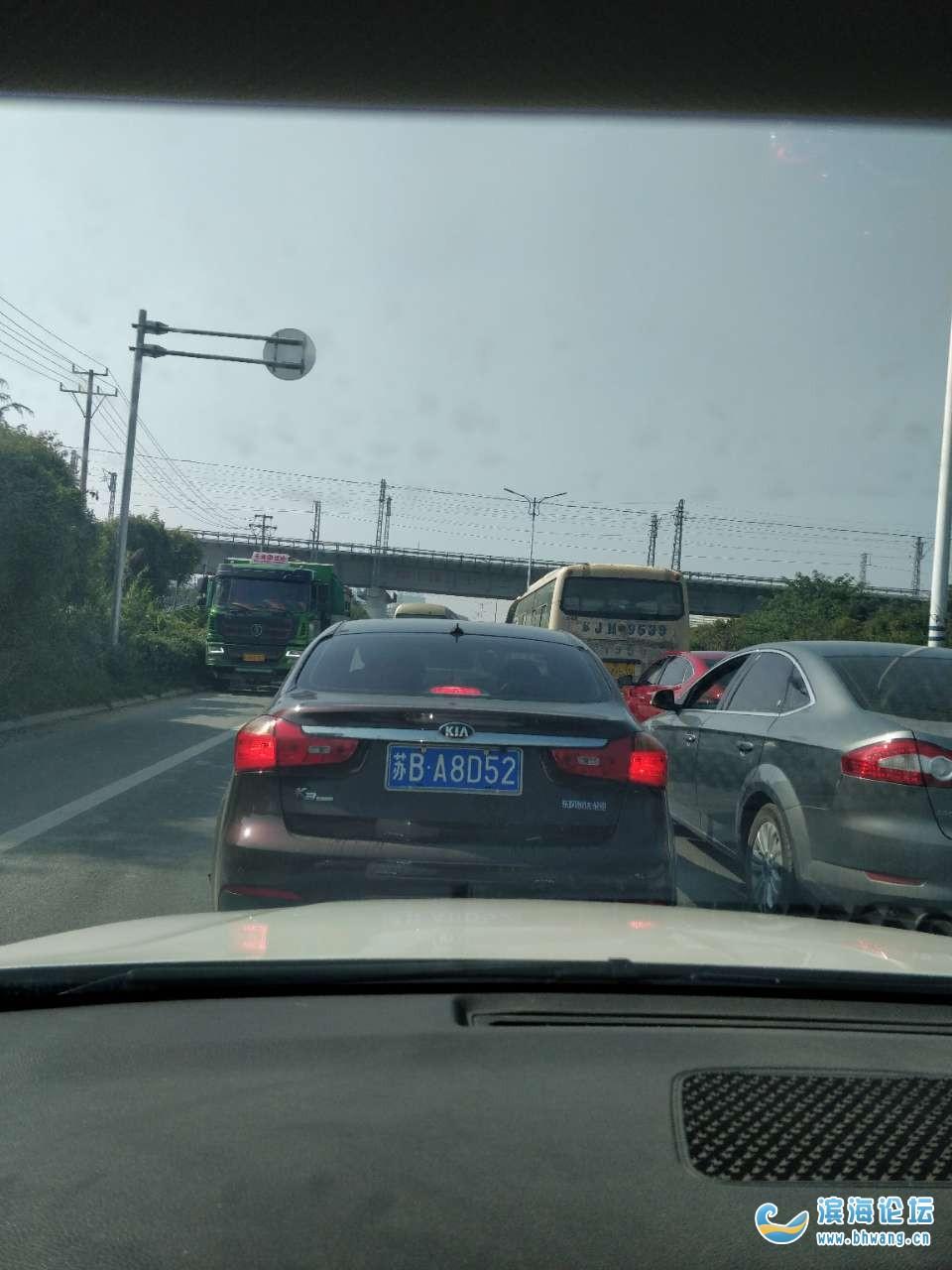 新安路口拖树的车开车难道是闭着眼开的么?