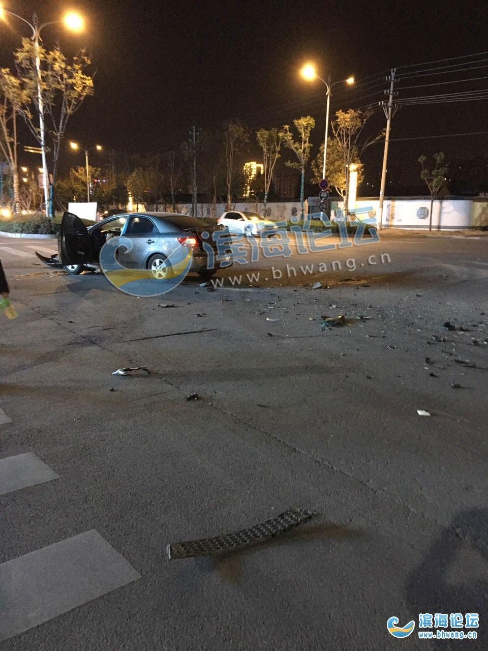 育才西路富康路十字路口剛剛發生一起交通事故,兩車車頭破損
