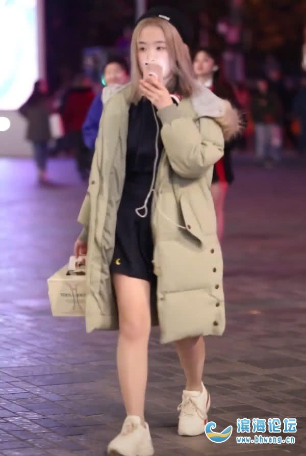 女生冬天为什么要穿着羽绒服,还露着大腿啊?
