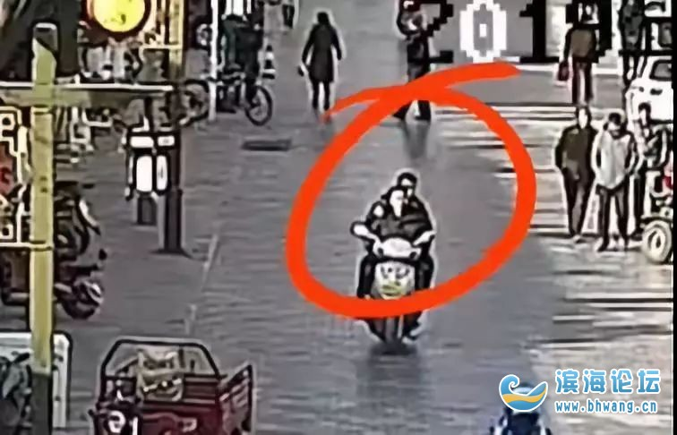 驚了!逃犯騎摩托載警察抓自己?網友:劇情比電影還離奇