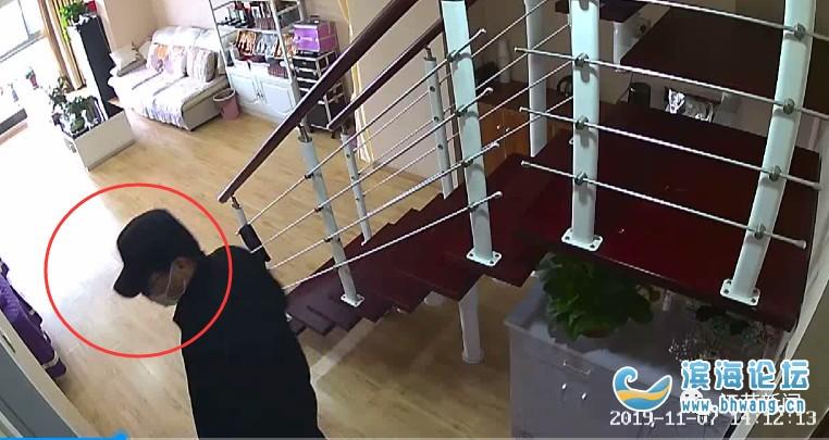 老公調監控看到驚人一幕:妻子被陌生男子綁住了手!他情急之下…