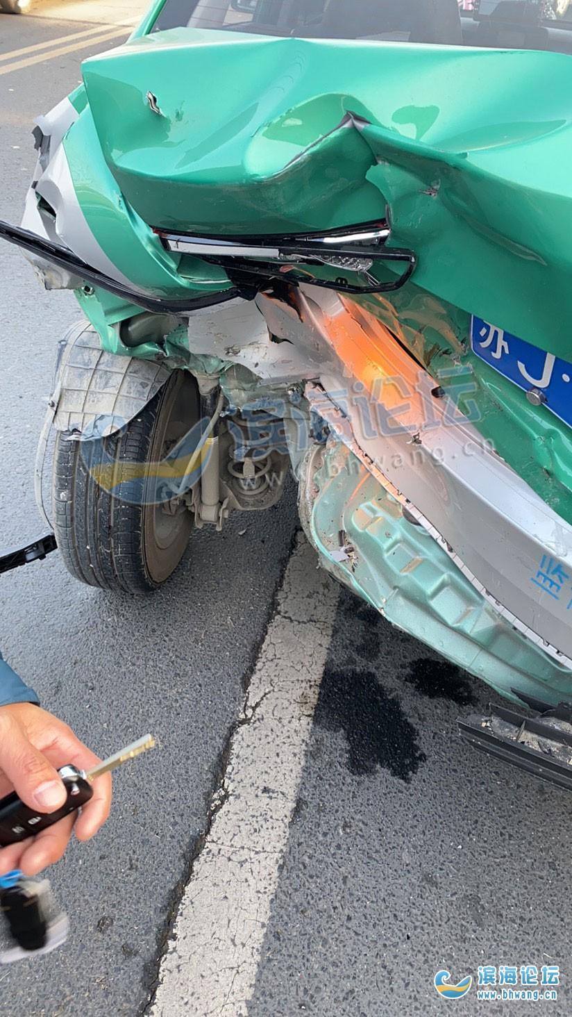 剛剛發生,濱河灣西門發生一起車禍,出租車車尾被撞爛