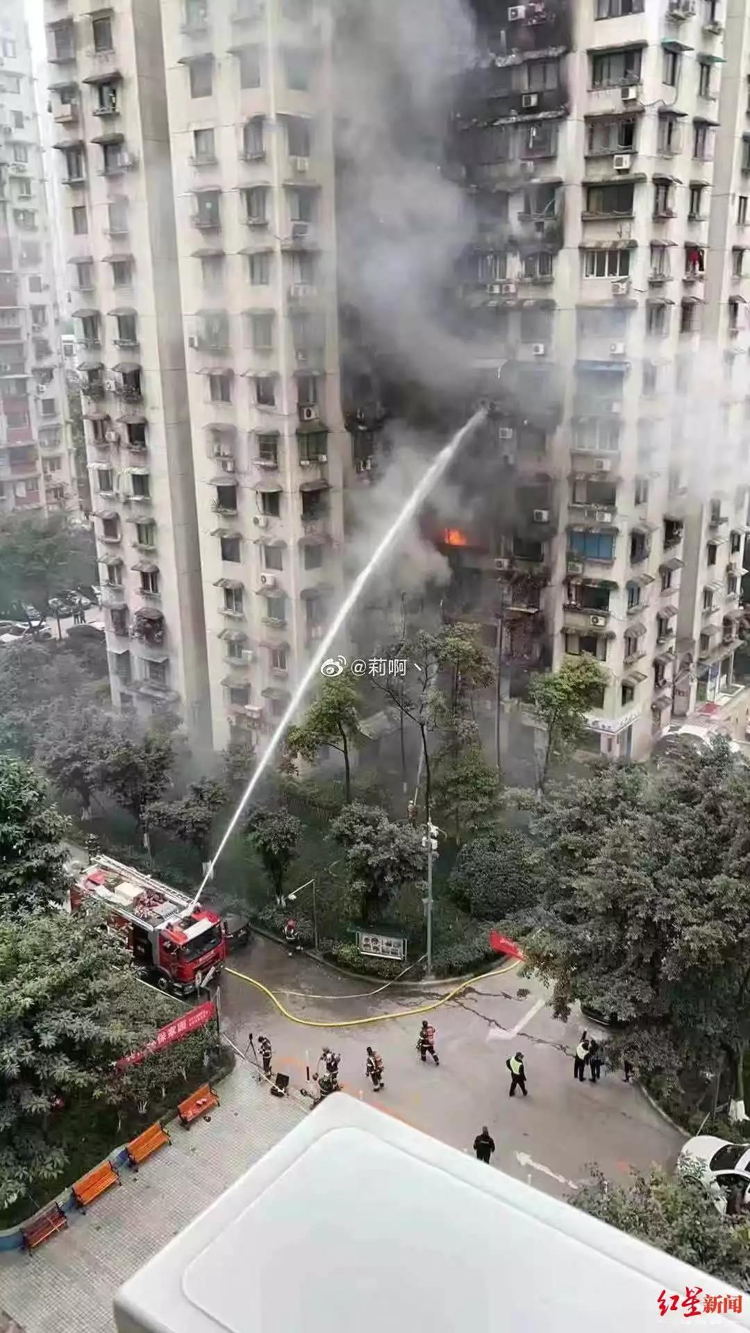一居民樓起火,目擊者稱從樓底燒到樓頂!眾人掀翻堵路車騰出消防通道
