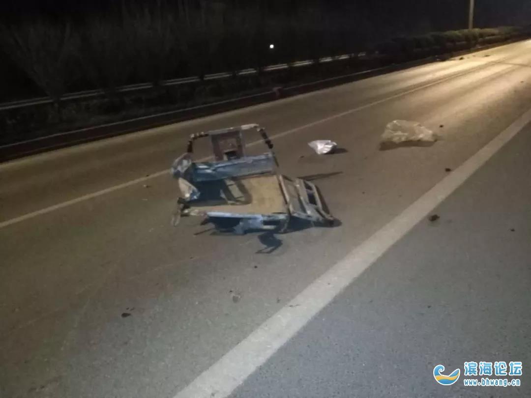 跨年夜,濱海兩輛三輪車被連續撞翻!