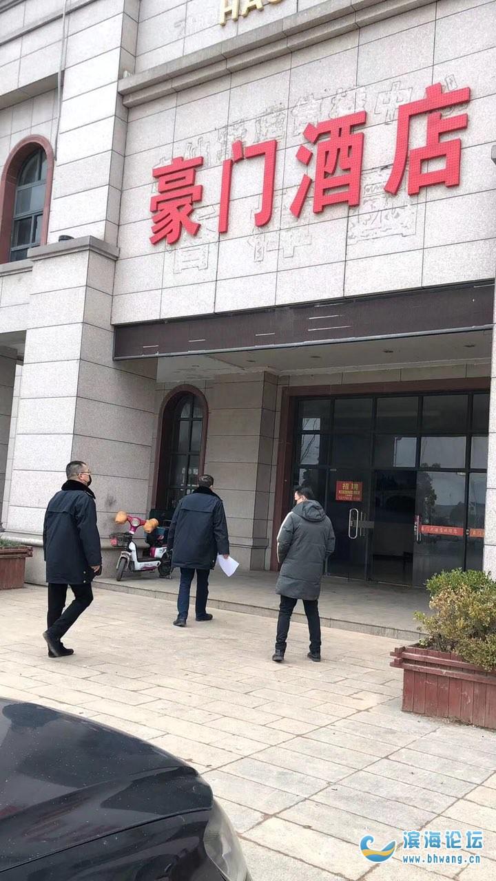 今天在街上不少饭店门口看见市场局的人在检查,非常时