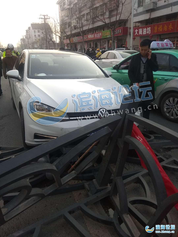謹慎駕駛!人民北路仁和橋附近發生一起交通事故,轎車撞上路中間護欄...