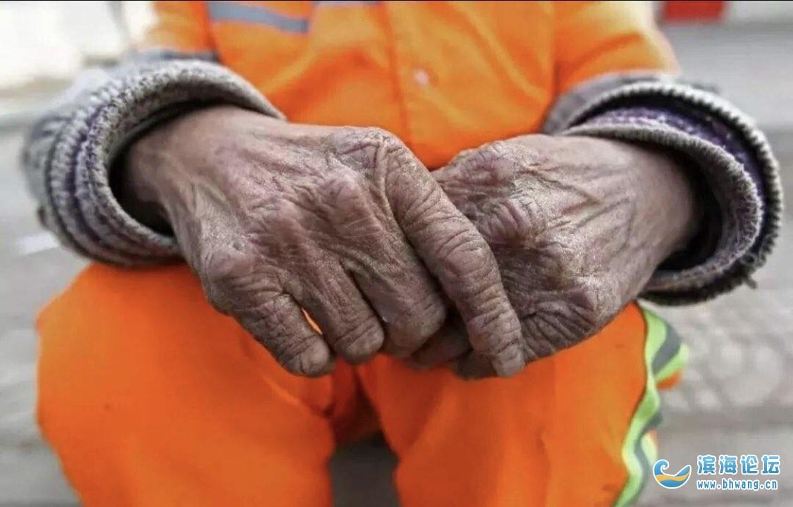 一位江苏省盐城市滨海县清洁工,在工作岗位上工作了20几年