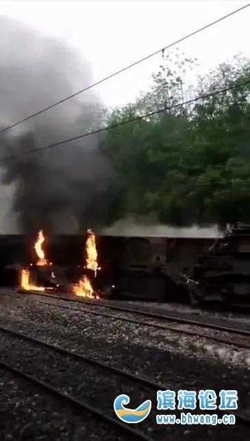 突發!客運列車撞上塌方體,5節車廂脫軌,現場起火