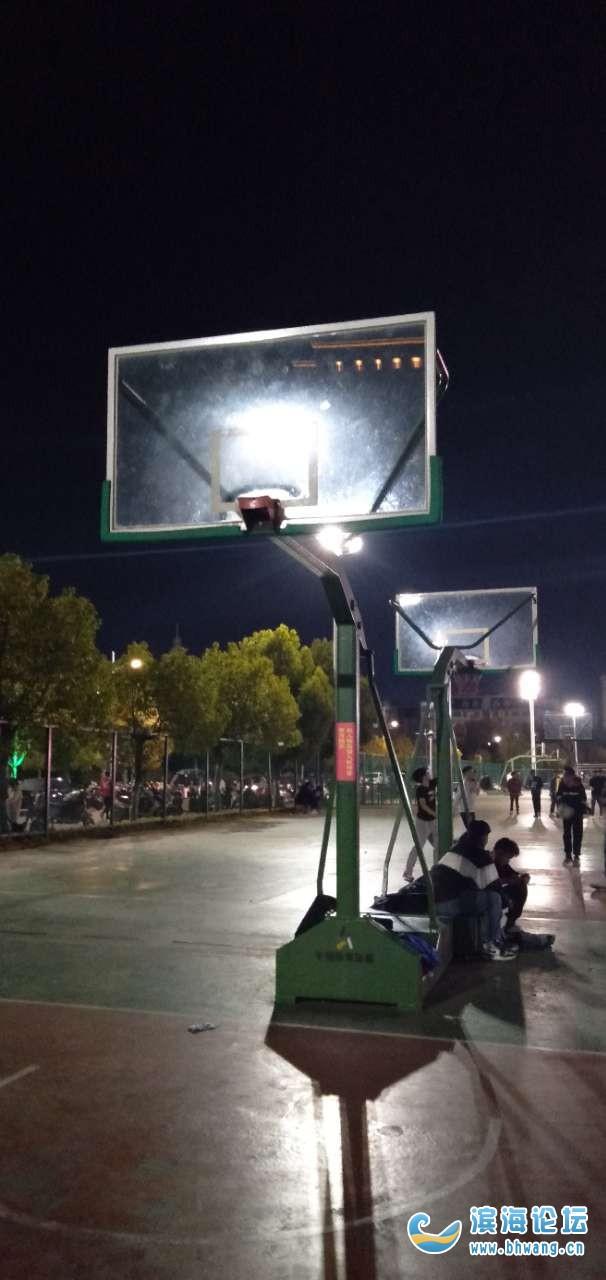 體育館籃球網架少一個,希望能早點弄好