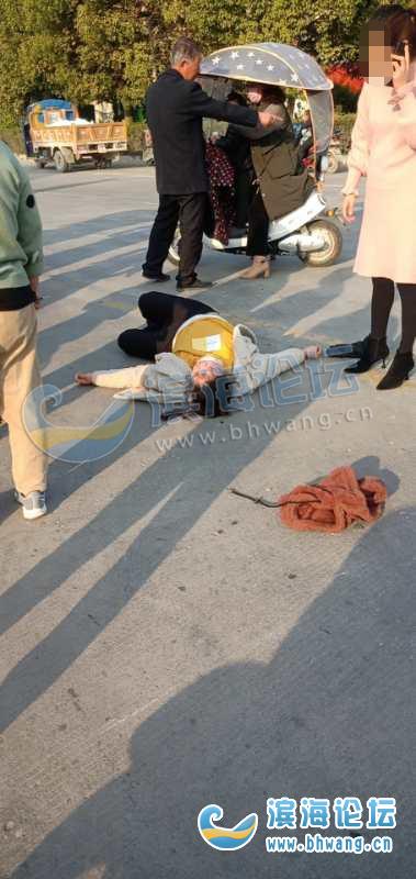 港城路錦悅大酒店那邊撞車了,一個女的被轎車撞了