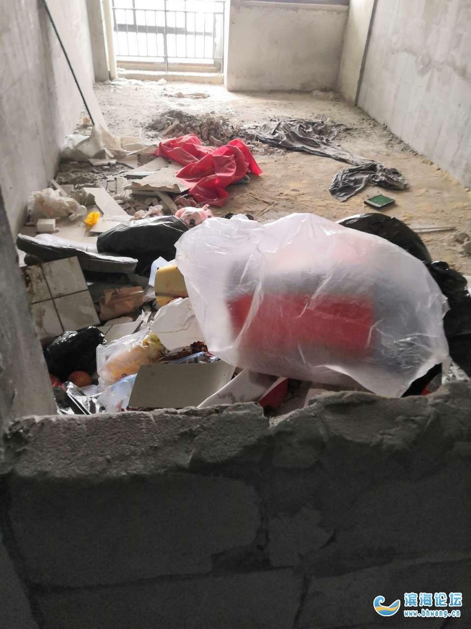 寶豐商博城單身公寓空房子里的垃圾成堆,生活環境真的很差,素質低下的人很多