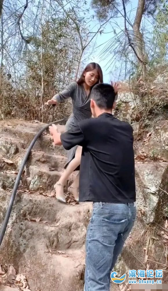 男孩子跟女孩子约会一定要去爬山,而且路越差越好!不信你看!