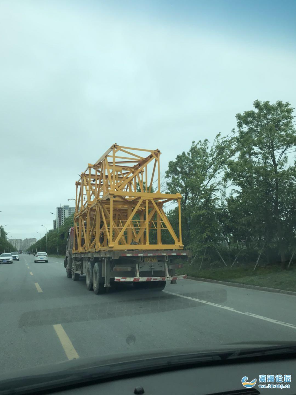 縣城內允許這樣超高的貨車行駛嗎?