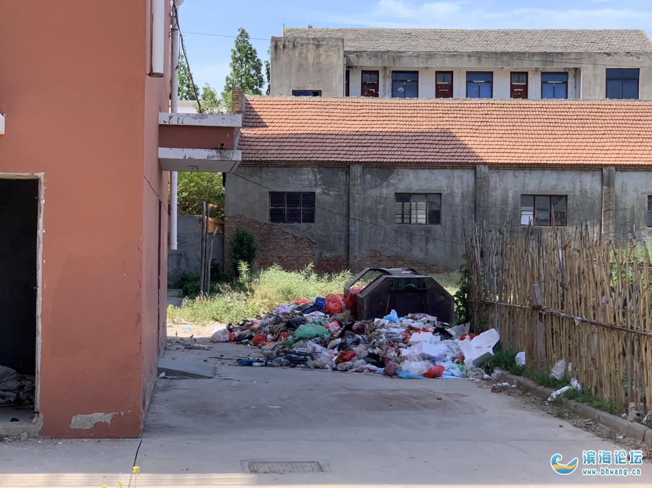 界牌镇学府商贸城卫生环境一塌糊涂,还有别的地方的垃圾夜里三点偷偷倒过来