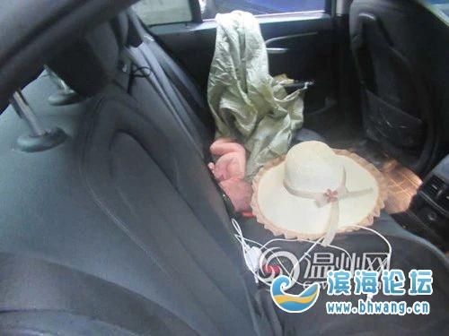 车主忘关车窗,后座多了个刚出生的孩子,还带着血迹