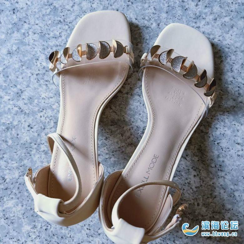 天气越来越热,都要穿凉鞋了,一眼看中这双鞋了,有没有觉得好看的呢