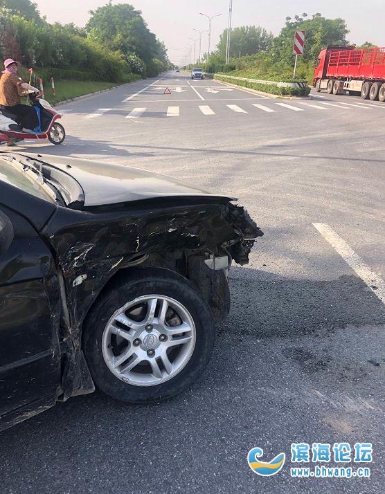 滨海海港大道和三坝岔路口发生车祸,轿车车头损毁严重!
