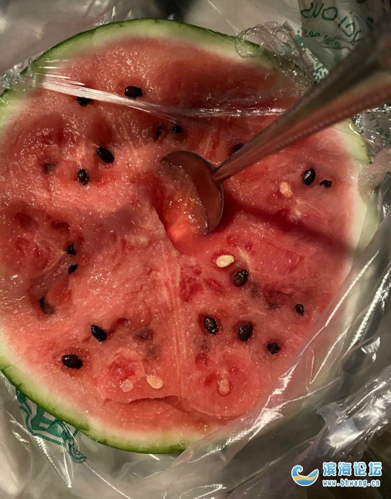 今天这天太热了,我买了半个西瓜在车里解决掉了!就当午饭了...