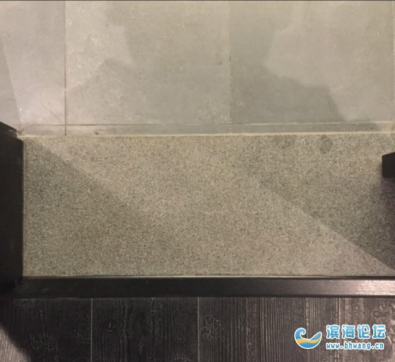 气死我了,这门槛石颜色和地板差这么大,黑不拉几的一块,难看死了!