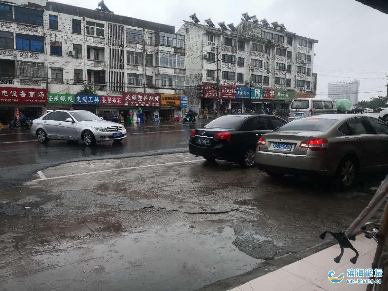滨海县东坎街道新建桥北,道路违章停车非常严重,谁来管管呢