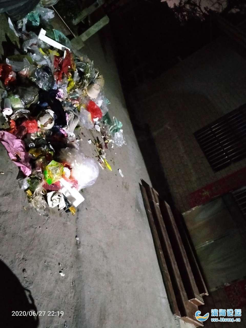 濱海仁和小街路口垃圾場十點鐘關門,垃圾都是倒到家門口的