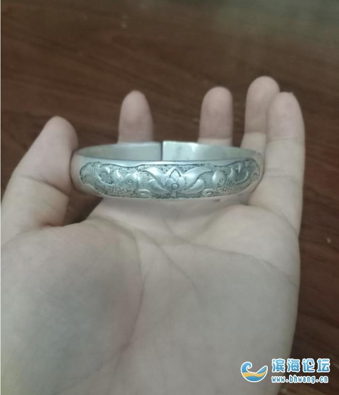 婆婆给了我一个福寿双全的银镯子,说是传了好几代了,但样子真的土