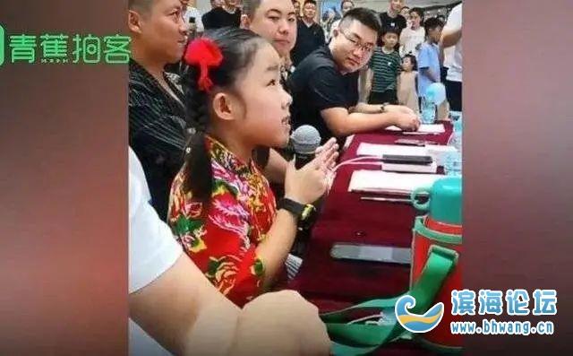 """點評真是""""辛辣又老道""""!8歲女童星當評委引發熱議"""