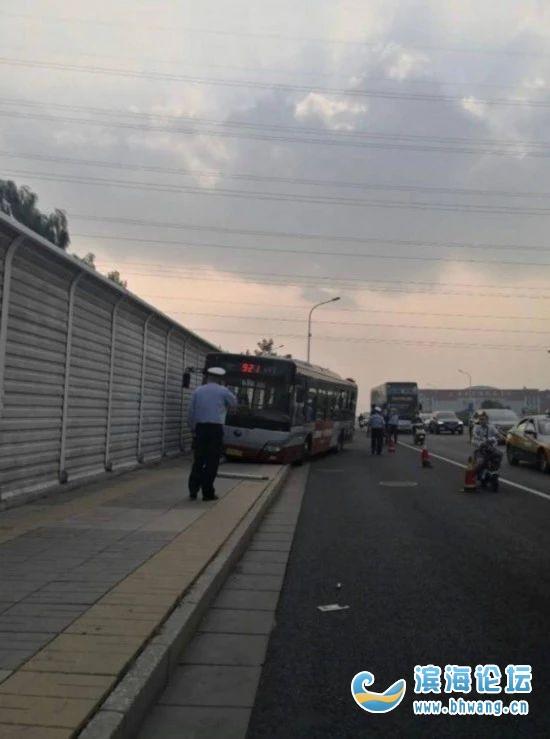 一公交车司机行驶途中弃车跳桥!公司回应