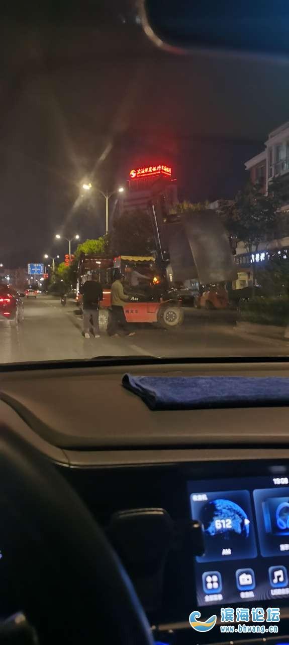 想问问在天海元南面钢材市场晚上占用机动车道卸货正常吗?