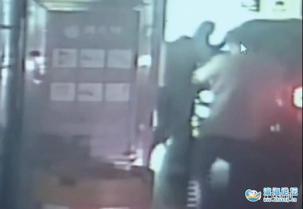 女子商場車庫遭持刀搶劫,一個動作堪稱教科書式自救!