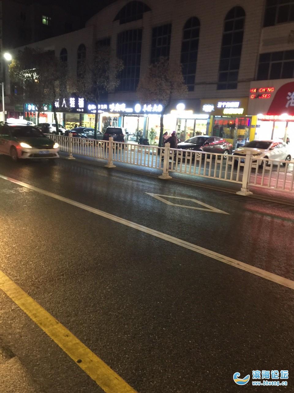 中市路人行道变成停车场,盲道被占,希望交警能管理管理,谢谢!