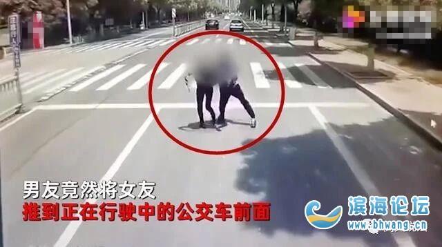 疑情侶吵架,男子將女子推向行駛中的公交車!蘇州通報
