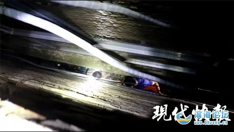 江苏一12岁男孩被卡墙缝中,消防员单臂救人